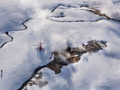 Hubschrauberflug über Geothermalgebiet