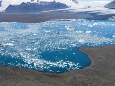 Rundflug Gletscherlagune Jökulsárlón mit ihren Eisbergen.